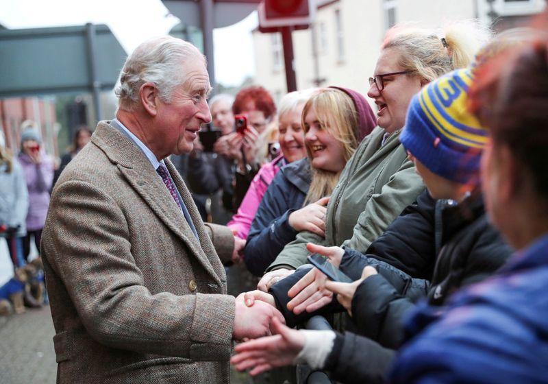 Imagen de archivo del príncipe Carlos de Inglaterra saludando a los habitantes de la localidad galesa de Pontypridd, afectada por inundaciones. 21 febrero 2020. Chris Jackson/Pool via REUTERS