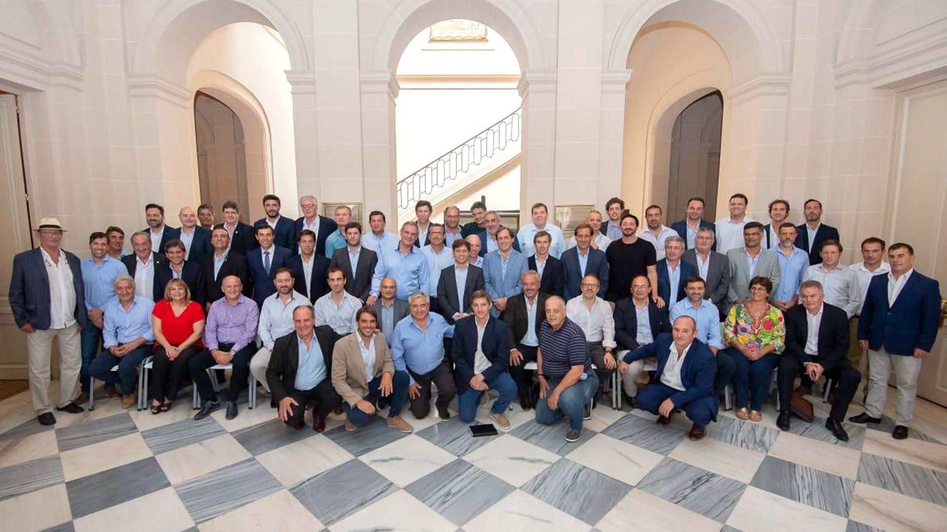 Axel Kicillof junto a los intendentes de Juntos por el Cambio