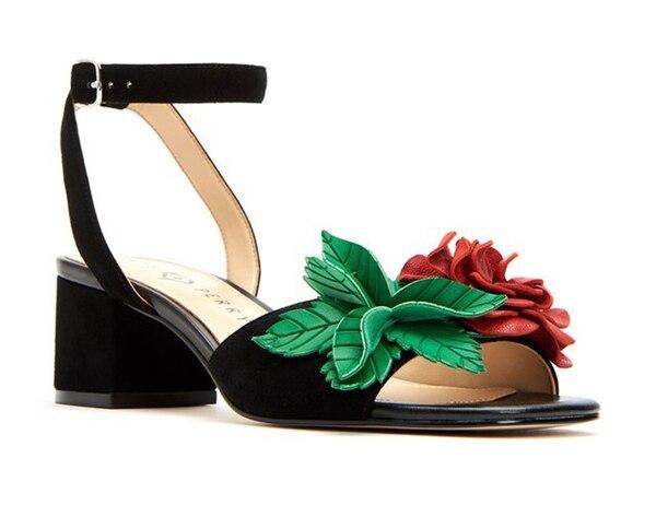Uno de los modelos más nuevos de la colección, una sandalia en gamuza con pulsera y detalle de rosa y hojas en cueros cortado a láser. Precio 119 USD(Katy Perry Collections)
