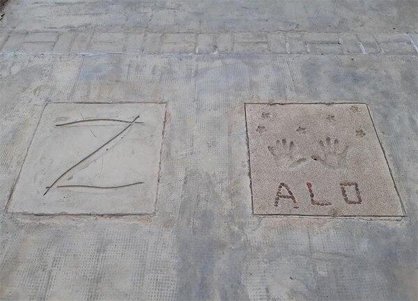 """En su casa de Potreros de los Funes, Aracelli tiene una terraza de hormigón armado en la que hizo hacer una placa con la """"Z"""" del Zorro. Otra con sus manos y sus iniciales (ALO)"""