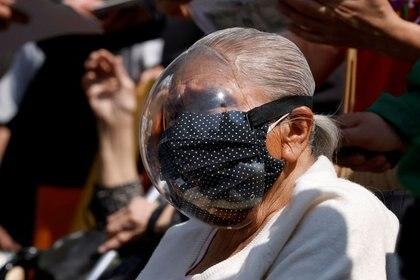 De acuerdo con los desarrolladores de la mascarilla nasal, este aditamento no pretende sustituir al cubrebocas (Foto: Reuters / Carlos Jasso)