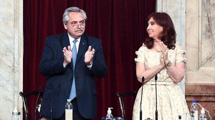 Alberto Fernández durante su discurso pidió un aplauso de pie para los trabajadores de la salud que enfrentaron la pandemia del Covid 19.