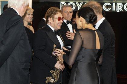 Junto a Elton John