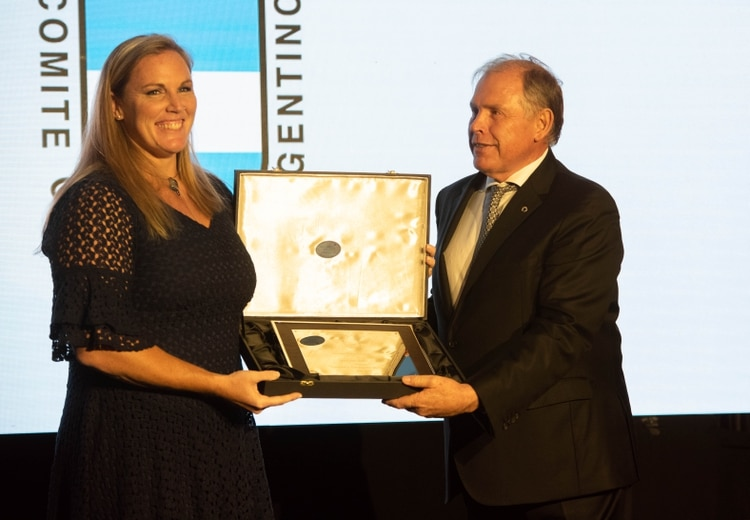 Jennifer Dahlgren recibe el premio de Gerardo Werthein en La Rural