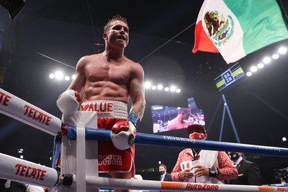 Álvarez ganó el título de peso súper mediano de la AMB de manos de Smith y también agregó el del Consejo Mundial de Boxeo (Foto: Ed Mulholland / Handout Photo via USA TODAY Sports)