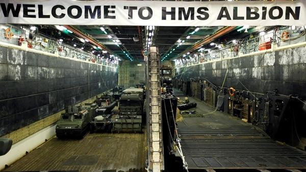 Vehículos militares en el interior del HMS Albion (Reuters)