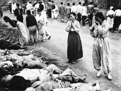 Mujeres coreanas lloran a medida que identifican cuerpos el 28 de octubre de 1953. El ejército dijo que las víctimas estaban entre los prisioneros políticos asesinados por asfixia por los comunistas fuera Hambung, Corea. El Ejército dijo que las víctimas eran forzadas a meterse dentro cuevas que luego eran selladas