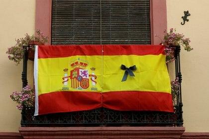 La bandera española con un crespón negro fue colgada en muchos balcones durante el confinamiento.
