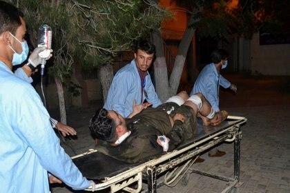 Paramédicos trasladan a un herido