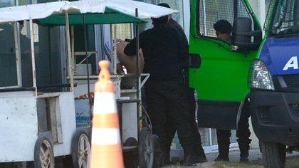 Uno de los detenidos ingresa en la fiscalía para una rueda de reconocimiento