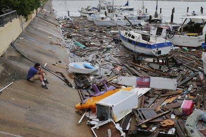 Allen Heath observa el daño en una marina luego del paso del huracán Hanna, el domingo 26 de julio de 2020, en Corpus Christi, Texas. (AP Foto/Eric Gay)