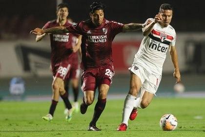 Enzo Perez marca a Hernanes en un flash del duelo en el Morumbí (REUTERS/Fernando Bizerra)