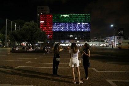 La municipalidad de Tel Aviv iluminada con la bandera de Emiratos Árabes Unidos (Reuters)