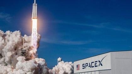 Se supone que los turistas vayan a bordo de la cápsula Dragon, llevada al espacio en el cohete más potente de SpaceX, el Falcon Heavy, que hizo su primera prueba hace cuatro meses