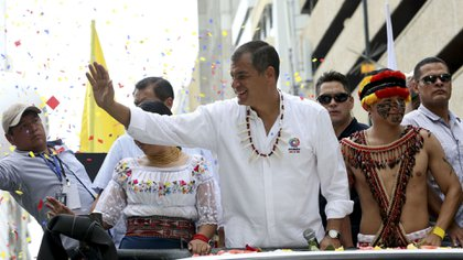 Rafael Correa durante una caravana proselitista por las calles de Ecuador, cuando era aún presidente y nada se sabía sobre los negociados con China (EFE)