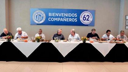 Luis Barrionuevo junto a Carlos Acuña en el encuentro realizado ayer en Mar del Plata