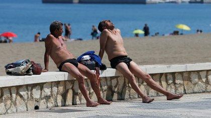 Dos hombres disfrutan de la playa en Málaga, en el sur de España, en medio de la ola de calor que afectó a la región a fines de junio (Foto: REUTERS/Jon Nazca)