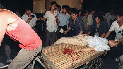 Una joven herida de bala agoniza en los alrededores de la Plaza Tiananmén (AFP)