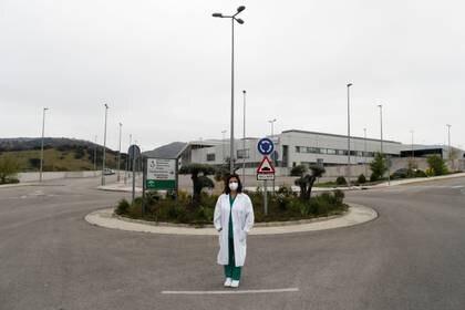 María José García, de 48 años, enfermera de la unidad de cuidados intensivos, posa para una foto fuera de su lugar de trabajo en medio del brote de COVID-19 en Ronda, al sur de España, el 9 de abril de 2020 (REUTERS/Jon Nazca)