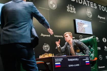 Los rusos Alexander Grischuk y Kirill Alekseenko se saludan antes de la partida, aunque no tenían la obligación de hacerlo por las medidas sanitarias por el coronavirus.