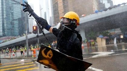 Un manifestante es rociado con cañones de agua por la Policía (REUTERS/Kai Pfaffenbach).