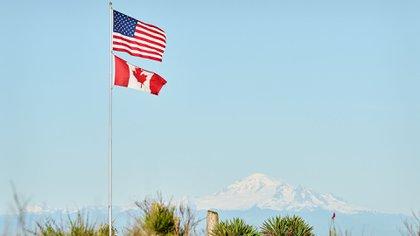 Las banderas de Estados Unidos y Canadá en Point Roberts (Shutterstock)