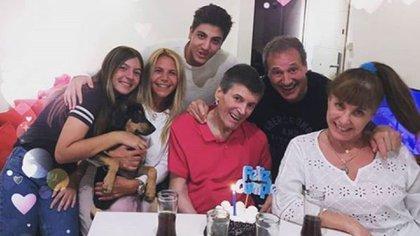 Carlín Calvo con su familia y amigos (Foto: Instagram)