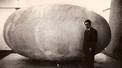 """En 1965 ganó el Premio Nacional Instituto Di Tella con la escultura de un huevo gigante, yeso y madera, y título más que sugestivo: """"Nosotros afuera"""""""