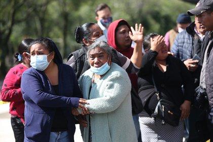 MEX3207. CIUDAD DE MÉXICO (MÉXICO), 26/06/2020.- Familiares de una mujer fallecida en la zona del atentado por un grupo armado al secretario de seguridad ciudadana, Omar García Harfuch, permanecen en espera de informes este viernes en Ciudad de México (México). Al menos dos policías han muerto en el atentado contra el jefe de Seguridad de la Ciudad de México, Omar García Harfuch, confirmaron a EFE este viernes fuentes de la Secretaría de Seguridad Ciudadana (SSC) de la capital. EFE/Sáshenka Gutiérrez
