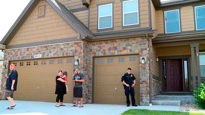 Chris Watts le abrió la puerta a la policía. Dijo no saber dónde estaba su esposa, sugirió que ella podría haber abandonado la casa