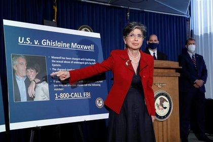 La británica Ghislaine Maxwell, acusada en Nueva York de ayudar al magnate financiero Jeffrey Epstein en una trama de abuso sexual a menores, continuará en prisión después de que una jueza rechazase su solicitud para salir bajo una fianza de 28,5 millones de dólares (EFE)