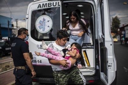 Paramédicos trasladan a enfermos de coronavirus (Foto: Pedro PARDO / AFP)