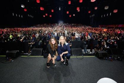 Dede pie para despedir a Brie Larson de la Comic Con brasileña. Junto a Brie, Aline Diniz, la conductora del evento.