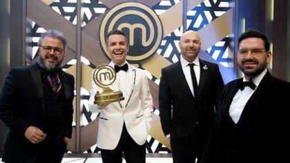 Martitegui, junto a sus colegas Donato De Santis y Germán Betular, y el conductor Santiago del Moro, en Masterchef Celebrity