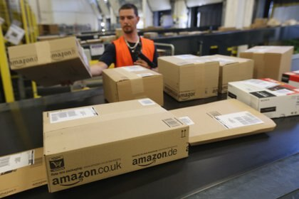 04/09/2014 BRIESELANG, GERMANY - SEPTEMBER 04:  A worker prepares packages for delivery at an Amazon warehouse on September 4, 2014 in Brieselang, Germany. Germany is online retailer Amazon's second largest market after the USA. Amazon is currently in a standoff with several book publishers over sales conditions and prices for e-books, and hundreds of authors in the US and Europe have written letters in support of the publishers.  (Photo by Sean Gallup/Getty Images) ECONOMIA NORTEAMÉRICA ESTADOS UNIDOS SEAN GALLUP