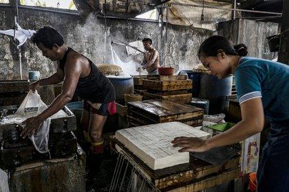 Producción de tofu en Tropodo, Indonesia (Ulet Ifansasti/The New York Times)