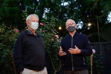 Los profesores Robert B. Wilson y Paul R. Milgrom de la Universidad de Stanford discuten tras ganar el Premio Nobel de Economía 2020, en Stanford, California, EEUU (REUTERS/Kate Munsc)