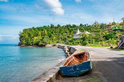 El Parque Nacional Morne Trois Pitons de Dominica, reconocido por la UNESCO, está lleno de maravillas naturales. Desde un volcán de casi 4500 pies de altura, entre otros cuatro volcanes, fuentes termales, cascadas y tres lagos de agua dulce hasta unas 50 fumarolas o respiraderos de vapor. Es de destacar el Lago Hirviendo, una fumarola llena de agua dulce y aparentemente siempre envuelta en un vapor espeso