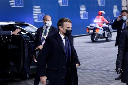 El presidente francés, Emmanuel Macron, a su llegada a la cumbre de la UE en Bruselas después de decretar el toque de queda para París y otras ciudades francesas por el aumento de los casos de contagio del Covid-19. EFE/EPA/OLIVIER HOSLET