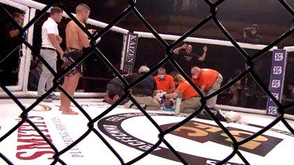 Pat Sabatini mira preocupado mientras los médicos intentan reanimar a Jordan Titoni en la jaula (Crédito: CFFC)
