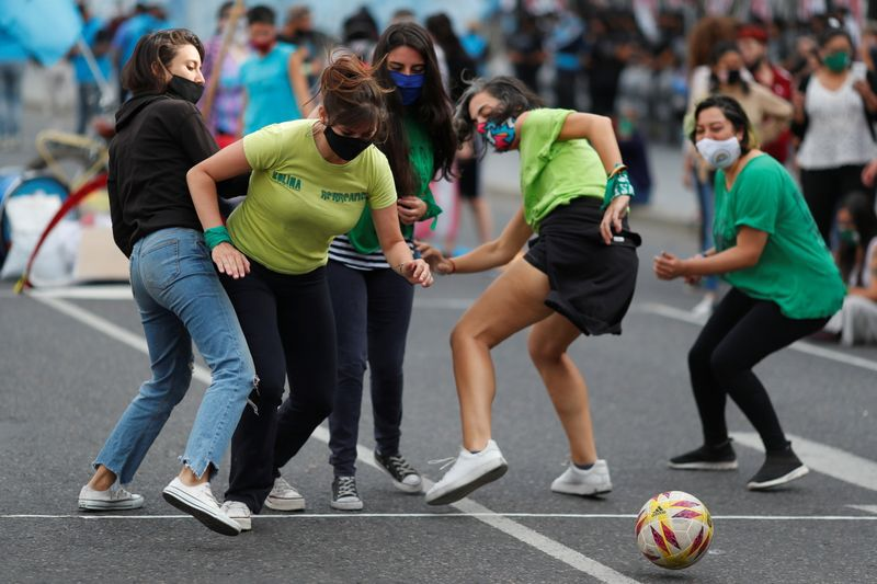 Mujeres juegan al fútbol durante la movilización a favor de la legalización del aborto, fuera del Congreso Nacional