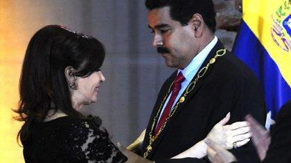 Cristina Kirchner sonríe tras condecorar a Nicolás Maduro en 2013 (Imagen de archivo)