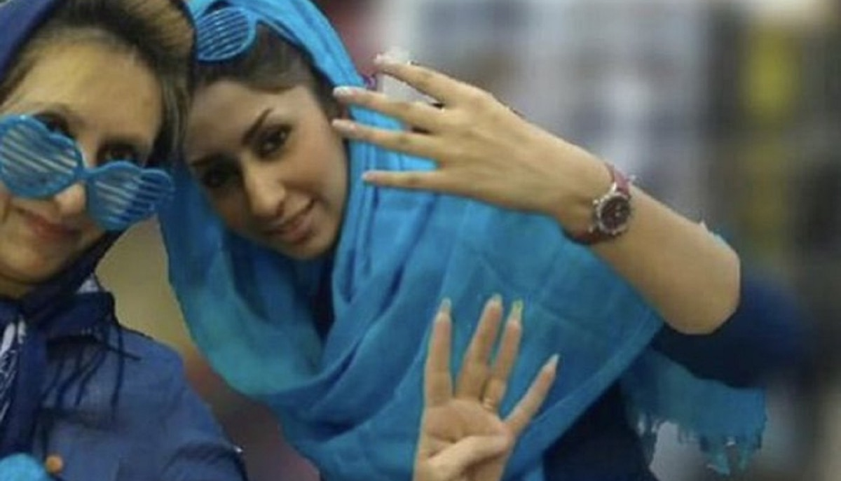 Murió una fanática iraní del fútbol que se prendió fuego afuera de un estadio como protesta al veto femenino
