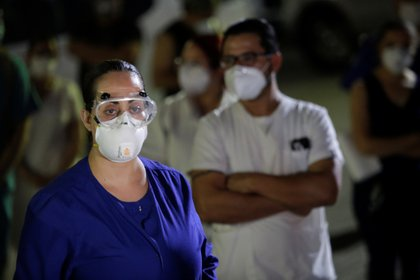 Medical personnel from General Hospital No. 6 of the Mexican Institute of Social Security (IMSS) hold a protest after the death of a colleague, due to what they say is the lack of equipment to treat patients with the coronavirus disease (COVID-19), in Ciudad Juarez, Mexico, May 1, 2020. REUTERS/Jose Luis Gonzalez