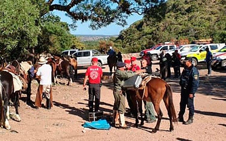 El cuerpo fue llevado desde el río Negro Quemado a Capilla del Monte a lomo de mula.