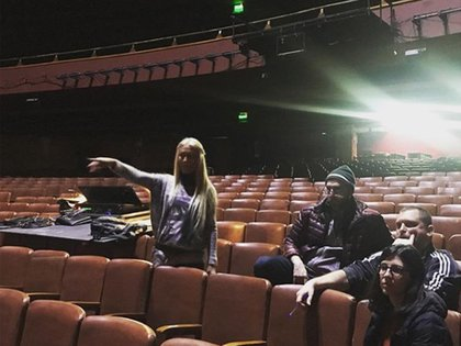 Cris Morena con su equipo técnico en el Gran Rex, ajustando la escenografía y las luces (Fotos: Instagram)