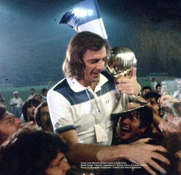 César Luis Menotti acaricia el trofeo, luego de ganar el Mundial Juvenil
