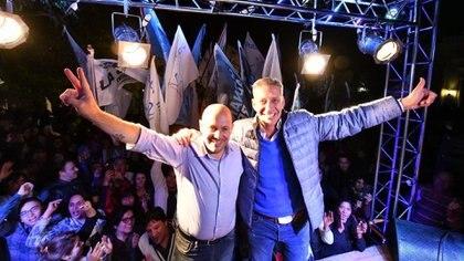 Ricardo Sastre, candidato a vicegobernador, y el mandatario Mariano Arcioni. Ambos festejaron su desempeño en las PASO cerca de las 23. (Twitter)