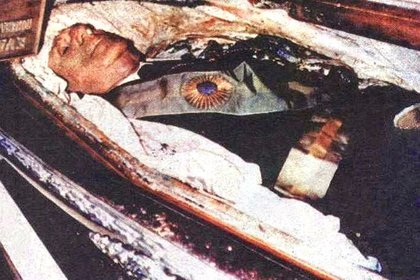 El féretro de Perón estaba protegido por un vidrio blindado de 7 centímetros de espesor y tenía cuatro cerraduras para las que se necesitaban doce llaves para abrirlo