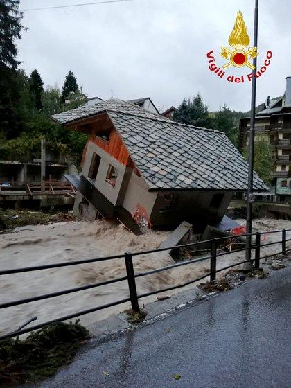 Un edificio destruido por el río Cervo en Biella, Piamonte (Vigili del Fuoco via AP)